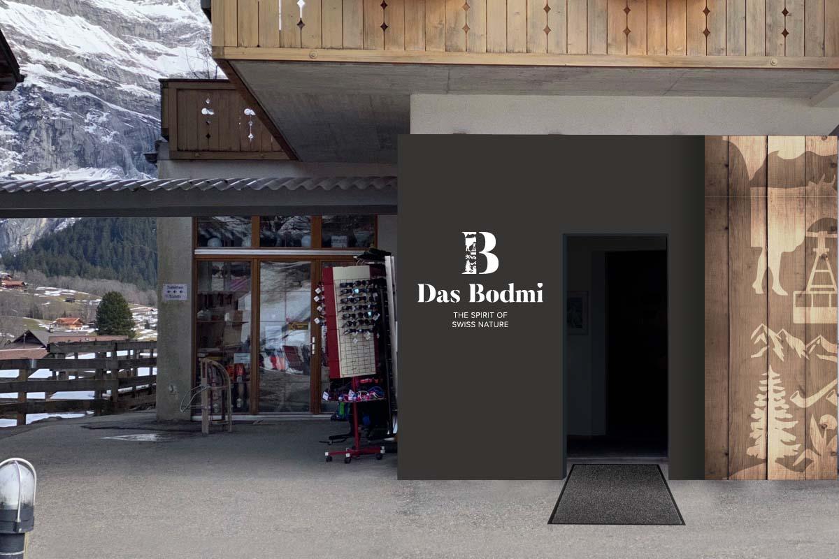 Der Eingang des Bodmi Erholungshotel mit dem Logo neben der Eingangstür