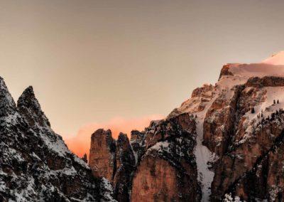 Die Abenddämmerung taucht die Berge der Eiger Nordwand in der Nähe des Bodmi Berghotels in der Schweiz in ein rotes Licht