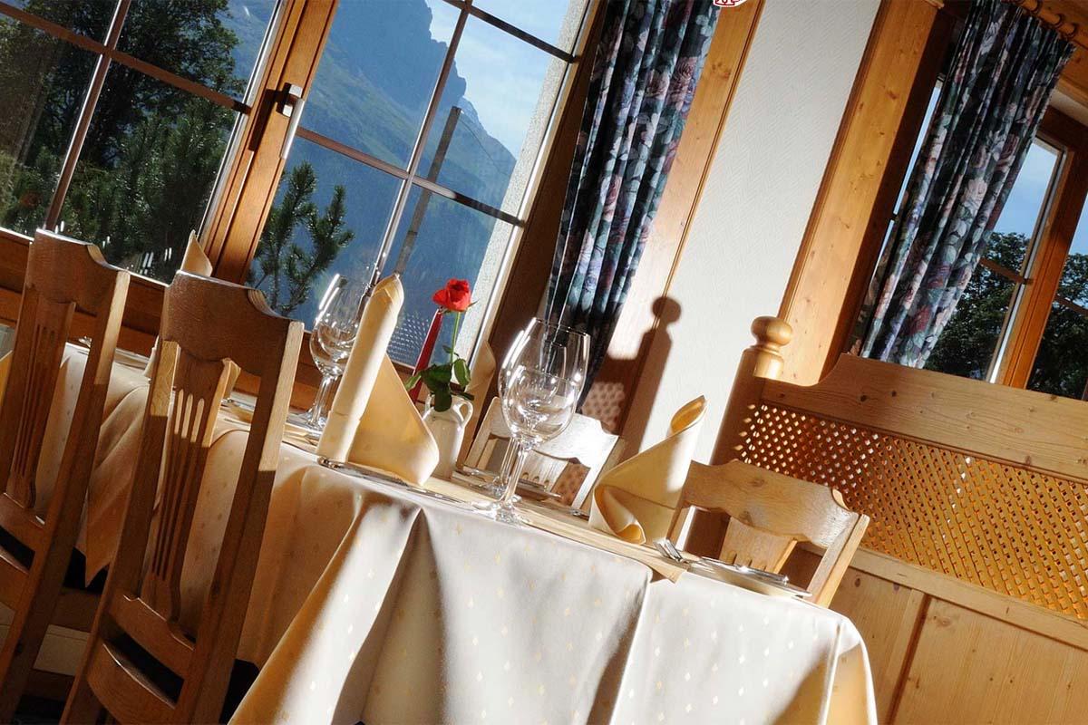 Ein gemütlich hergerichteter Tisch mit Ausblick auf die Eiger Nordwand sorgt für Genussmomente im Bodmi Romantikhotel