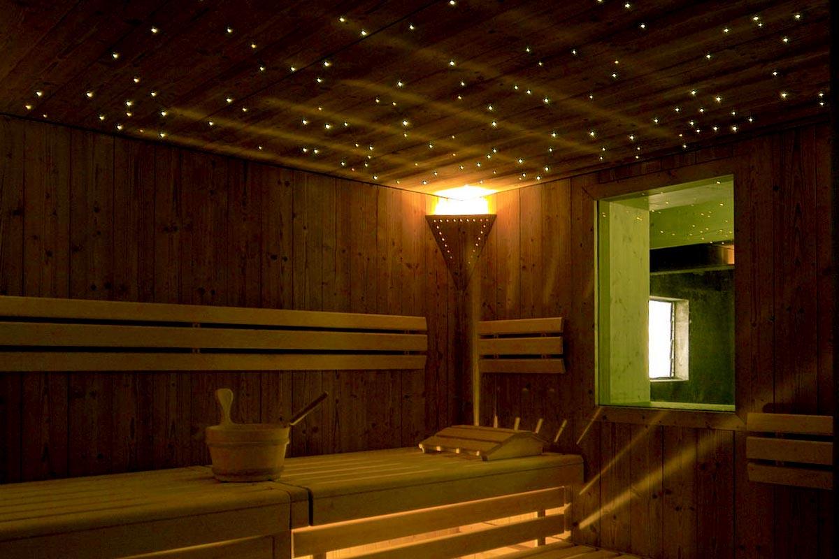 Gemütliche Sauna mit Beleuchtung im Ziegenstall im Bodmi Wellnesshotel in der Schweiz