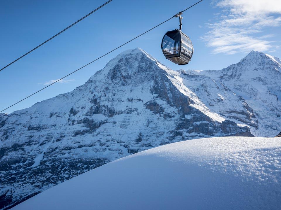 Die Gondel einer Seilbahn fährt vor der Eigernordwand in der Nähe des Bodmi Berghotel in der Schweiz vorbei