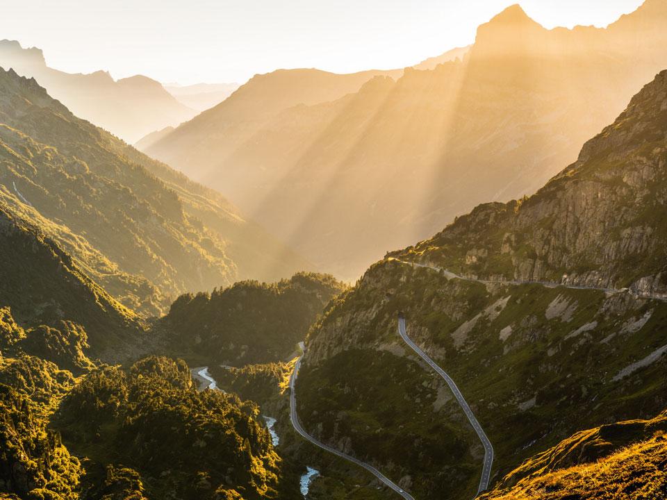 Sonnenlicht fällt auf die Berge des Sustenpass in der Nähe des Bodmi Wanderhotel in Grindelwald