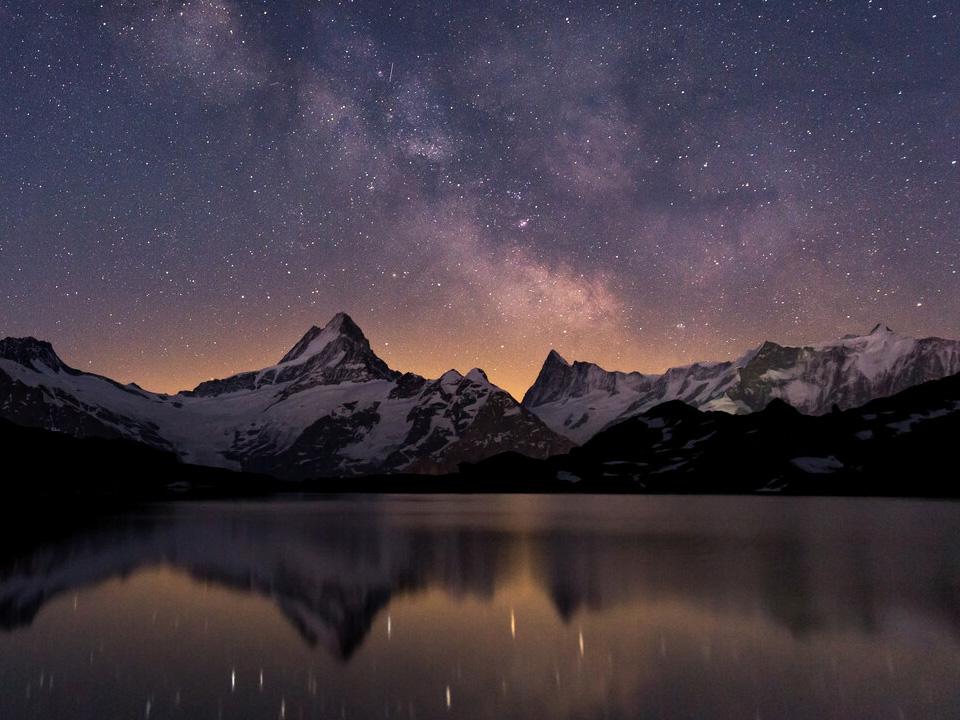 Blick auf die schönsten Berge unter einem Sternenhimmel, auf Thuner- und Brienzersee