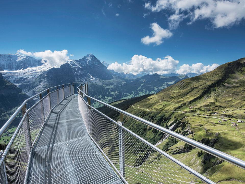 Ein Skywalk führt über die Berge der Region in der Nähe des Bodmi Wanderhotel