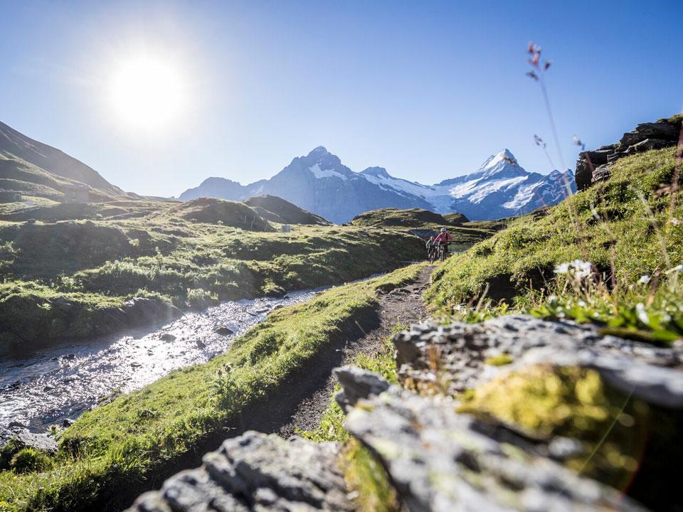 Zwei Radfahrer fahren auf einem Trail auf dem Schreckhorn in der Nähe des Bodmi Berghotel in Grindelwald