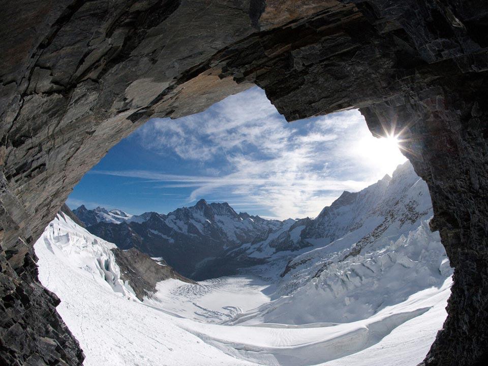 Die Aussicht aus einer Felshöhle auf das Jungfraujoch in der Nähe des Bodmi Berghotel in der Schweiz