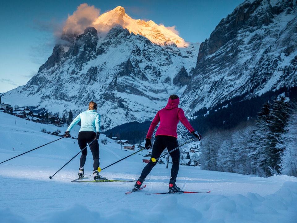 Langlaufen und Cross Country Skiing auf der Langlauflloipe im Skigebiet Grindelwald