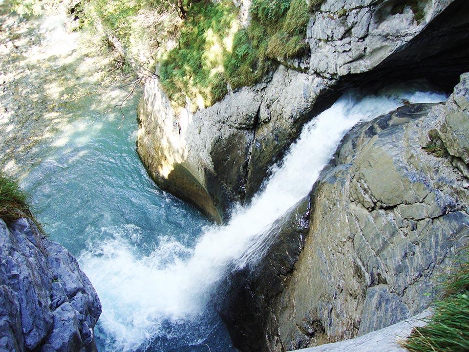 Das Wasser der Trümmelbachfälle Lauterbrunnen fließt aus einer Felsspalte ins Tal