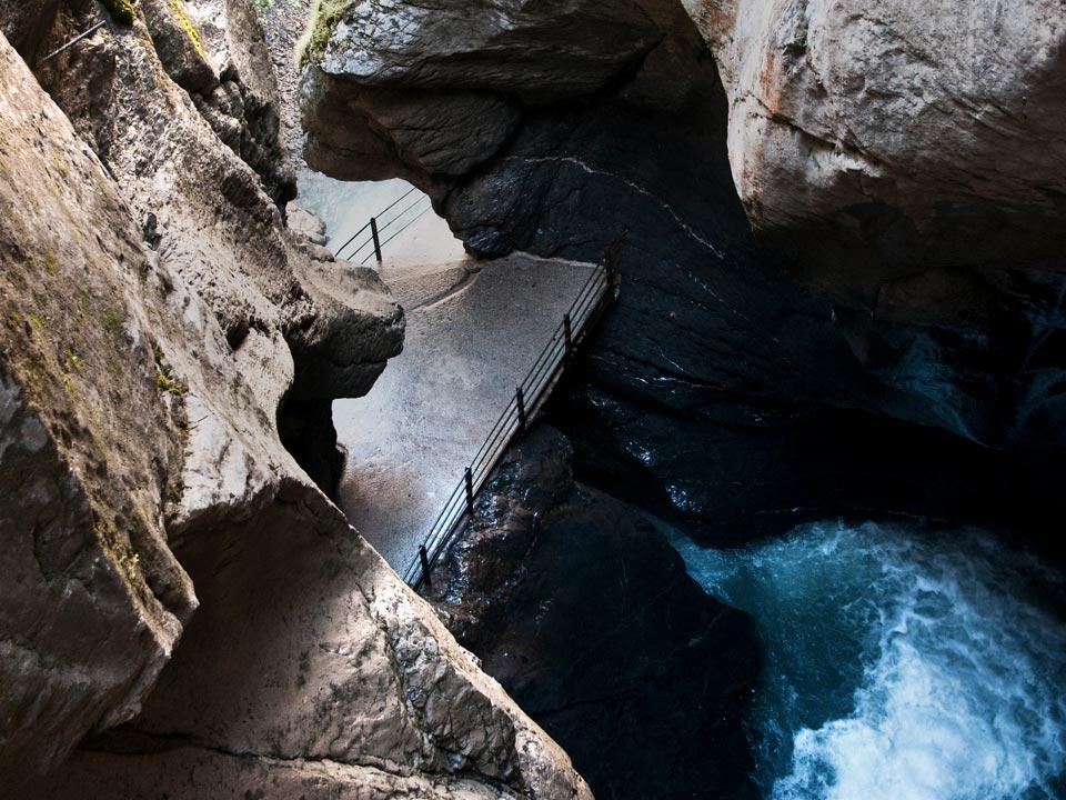 Eine Aussichtsplattform innerhalb eines Felsens ermöglicht es die Trümmelbachfälle Lauterbrunnen zu besichtigen
