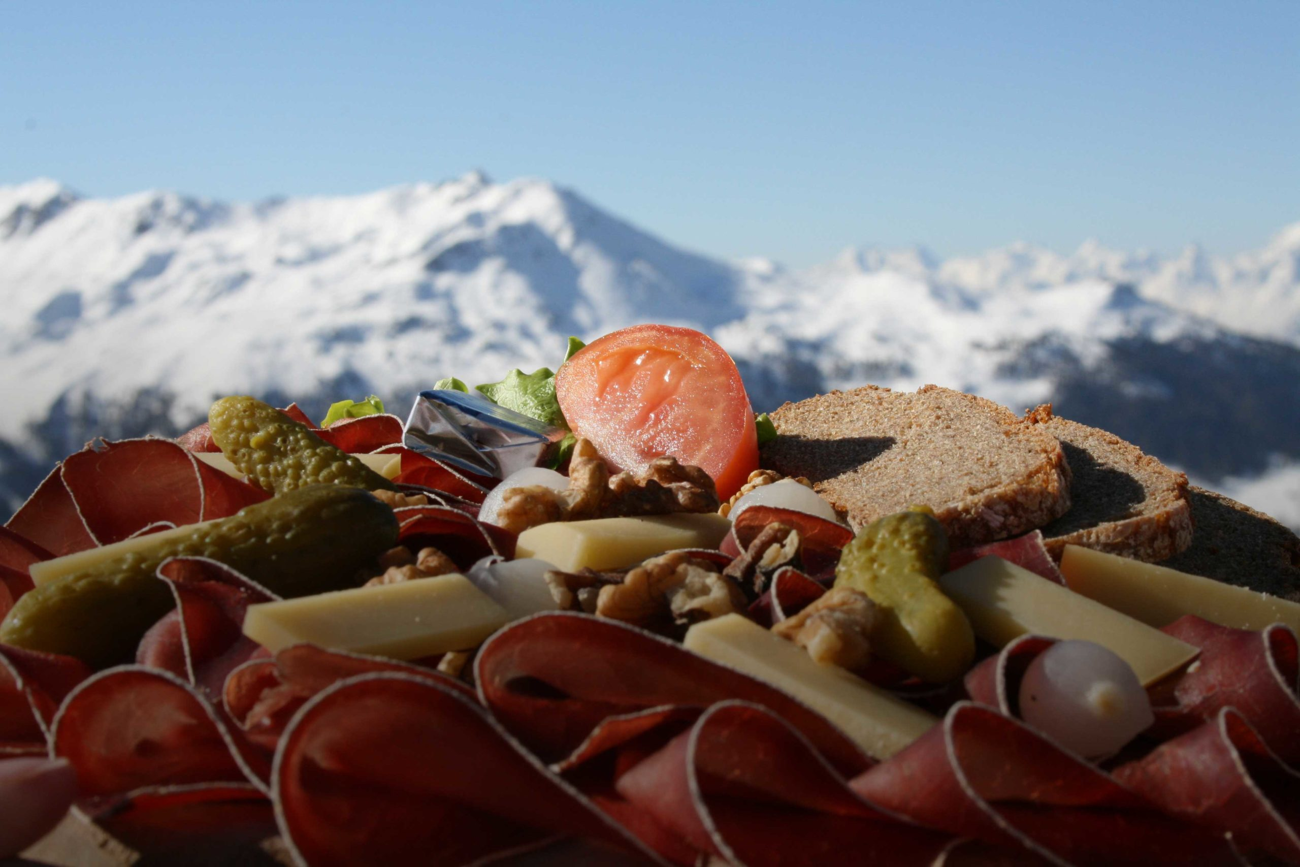 Experience moments of joy with an exceptional view, with our swiss cuisine in front of the mountains