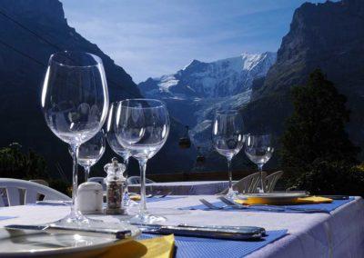 Genussmomente bei einem gedeckten Tisch mit wunderschönem Blick auf die Eiger Nordwand