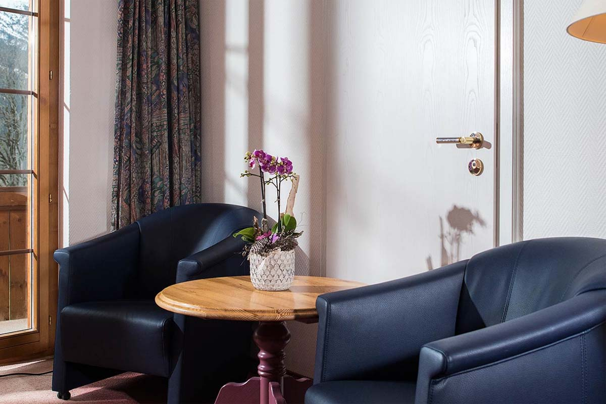 Gemütliche Zimmerausstattung mit schwarzen Ledersesseln im Bodmi Romantikhotel in Grindelwald